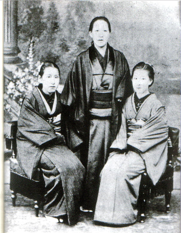 Foto familiar de Ichiyô junto a su madre y hermana