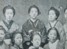Ichiyô en el centro, a los 14 años de edad