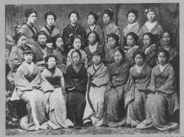 Ichiyô junto a las alumnas del Haginoya
