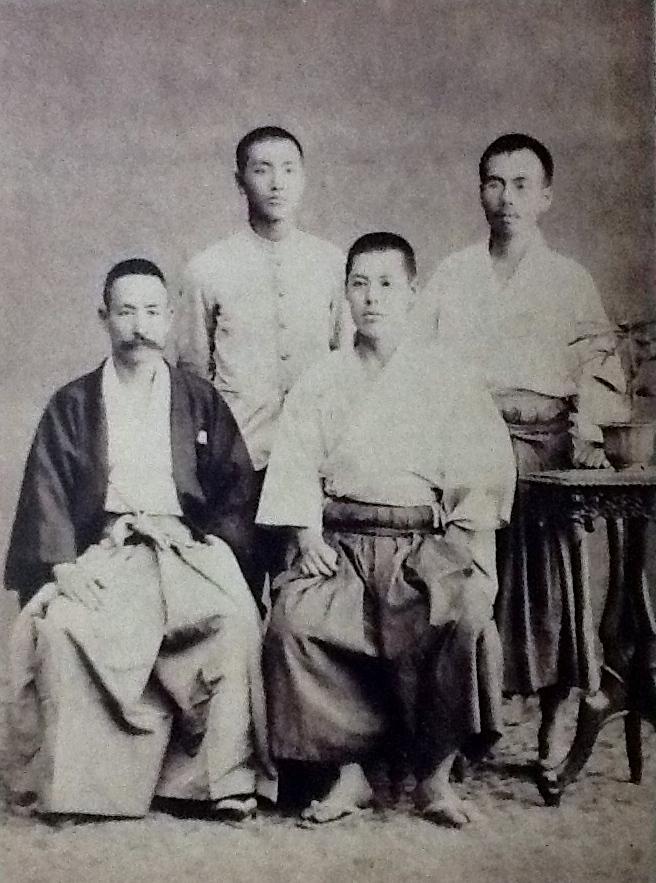 Natsume Soseki con algunos de sus alumnos