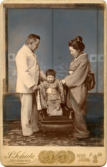 1896. Lafcadio Hearn con su esposa Setsu y su primer hijo Kazuo, en Kobe, fotografía de Sōta Ichida (1843-1896).