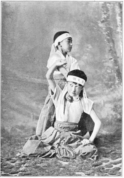 Kazuo e Iwao, hijos mayores de Hearn.
