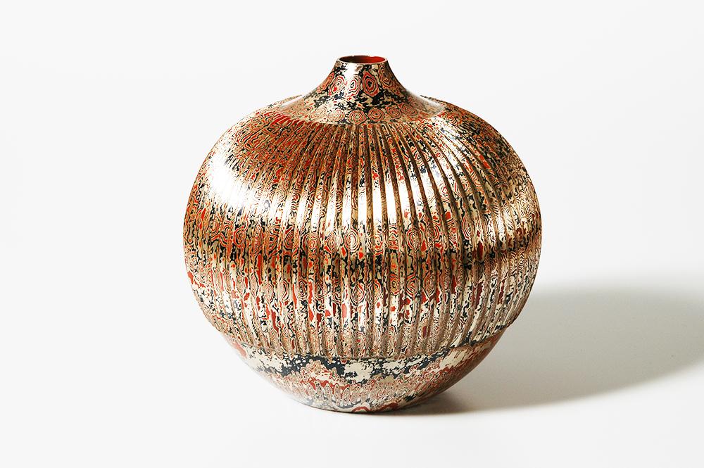 Jarrón de mokume-gane (metal imitando el veteado de la madera) de Tamagawa Norio, 1997.