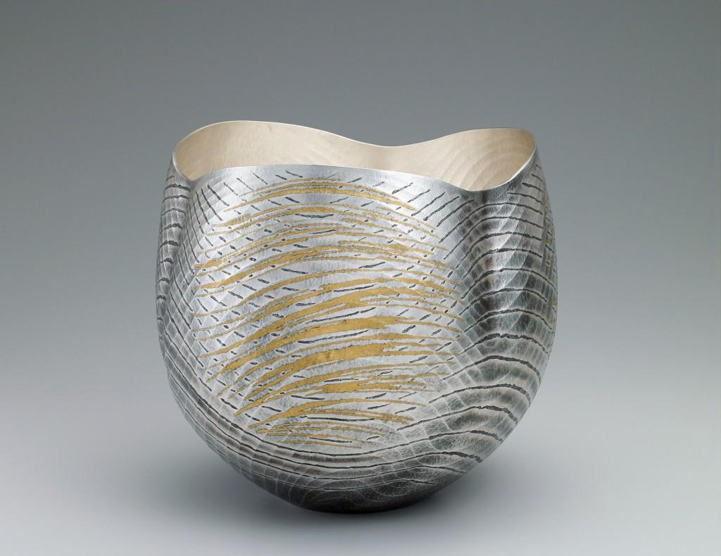 """""""Sonido del viento"""", florero de plata de Osumi Yukie, 2014. Martillado de plata con """"nunome zogan"""" (incrustaciones con impronta textil) de plomo y oro."""