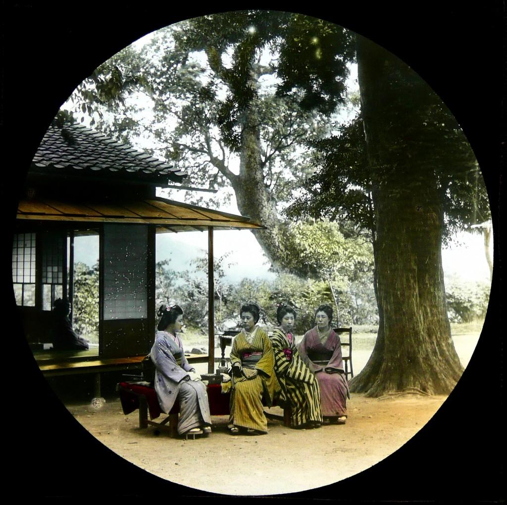 Geishas en un momento de asueto. T. Enami, ca. 1892-95.