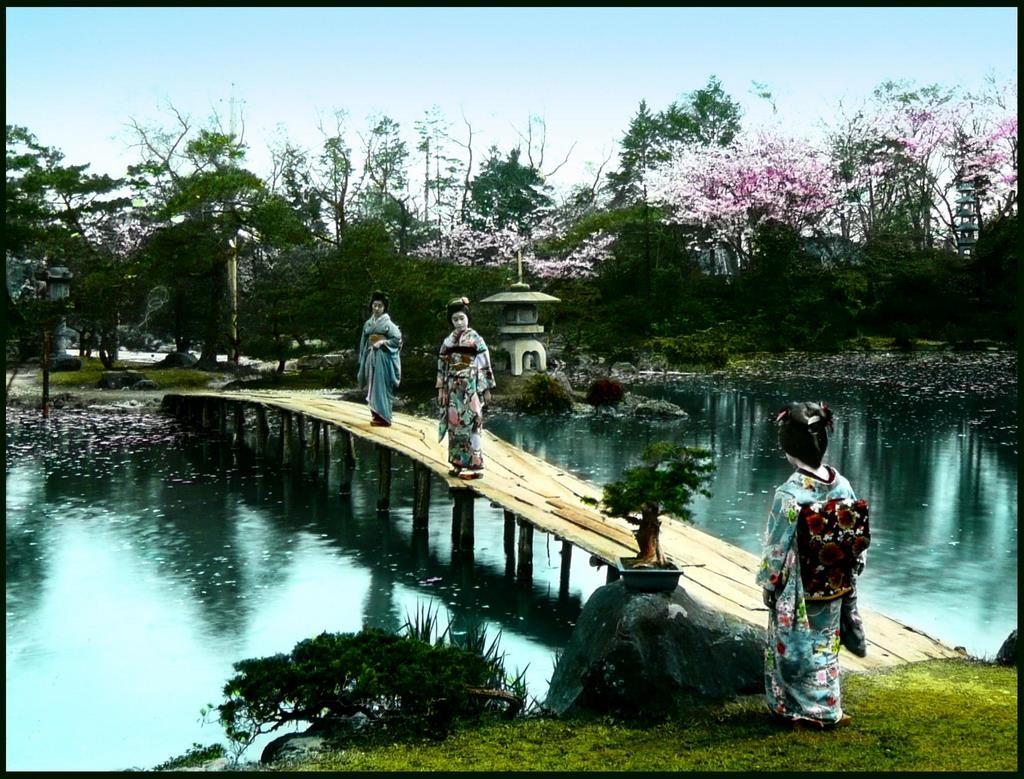 Geishas en un puente del estanque del jardín Fugetsu. T. Enami, ca. 1915-20.