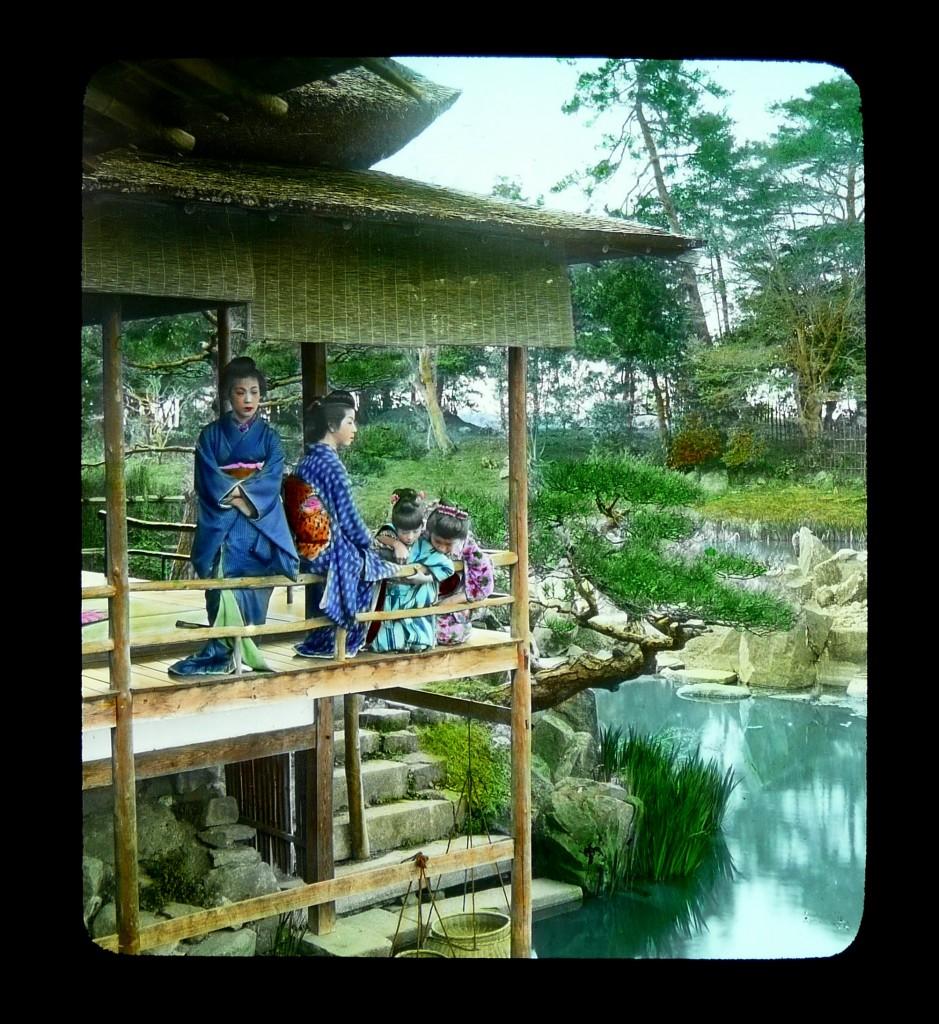 Grupo de geishas en una veranda con vistas a un estanque. T. Enami, ca.1898