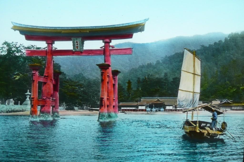 Torii de Miyajima y bote vistos desde el mar. T. Enami.