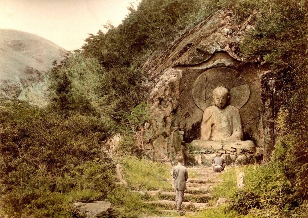 Jizô esculpido en la roca de una recóndita montaña cerca de Hakone. T. Enami, ca.1892-95.