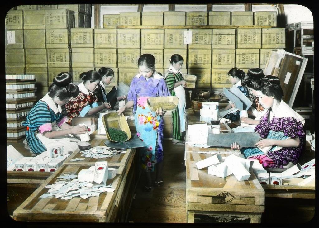Muchachas empaquetando té en bolsas de papel, Enami Studio (mal etiquetada, pero posiblemente se trate de la n.º 607).
